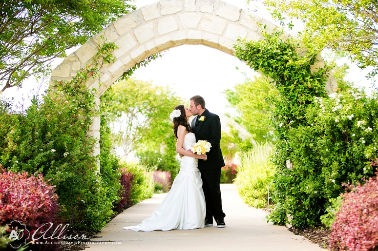 Haley Austin Outdoor Wedding at Paradise Cove Lake Grapevine byAllisonDavisPhotography 009 <span>Haley & Austin:</span><br/>Wedding at Paradise Cove at Lake Grapevine